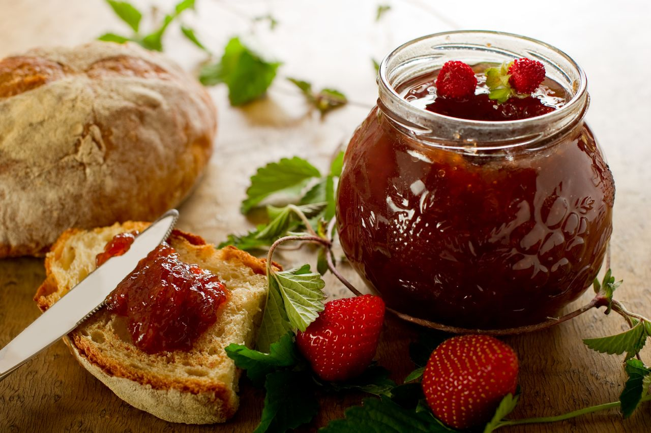 strawberry jam with slice bread - confettura fragole con fretta di pane - Gustorotondo - Italian food boutique